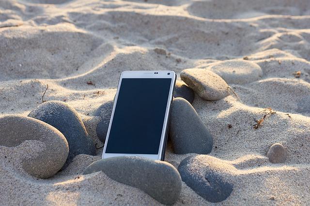 mobil v písku