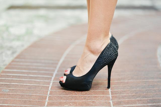 nohy v lodičkách