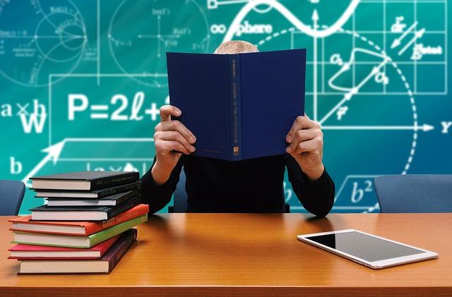 talbet a učebnice na stole